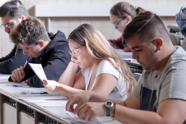 Foto de archivo con alumnos canarios haciendo la EBAU