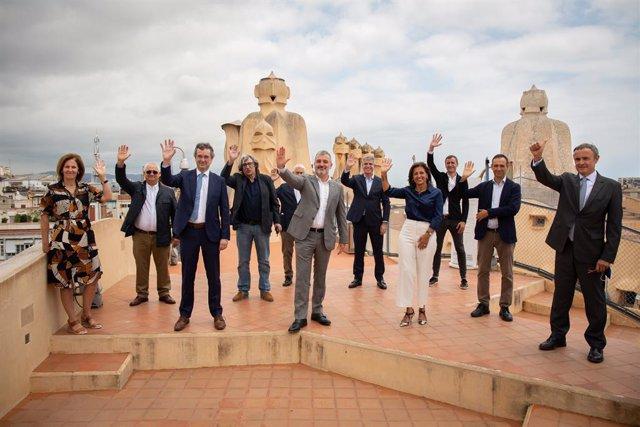 El regidor de Turisme de Barcelona, Xavier Marcé (4i); el primer tinent d'alcalde, Jaume Collboni (6i); el president de Turisme de Barcelona, Eduard Torres (3i); i la directora general del consorci Turisme de Barcelona, Marian Muro (4d)