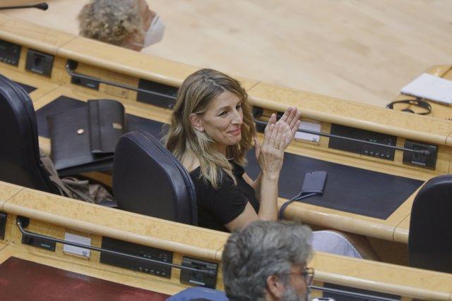 La Ministra de Trabajo y Economía Social, Yolanda Díaz, aplaude durante una sesión plenaria en el Senado centrada en el debate con el Ejecutivo central en los rebrotes de Covid-19