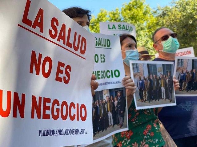 Integrantes de Aparcamientos Reina Sofía muestran fotos con dirigentes del PP que pedían la gratuidad del parking que ahora niegan.