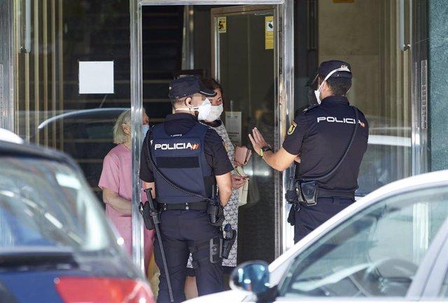 gentes de la Policía Nacional een el edificio puesto en cuarentena en Santander. Archivo