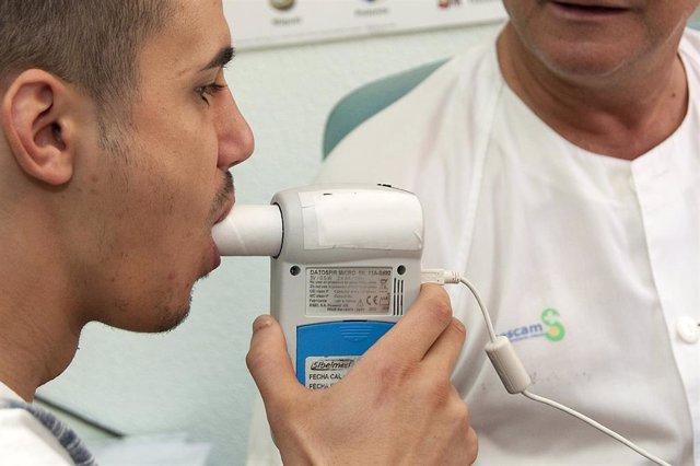 Paciente realizando una espirometría