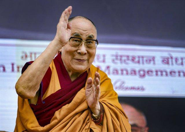 14 January 2020, India, Bodh Gaya: Tibetan Spiritual leader the Dalai Lama Tenzin Gyatso greets students of Indian Institute of Management (IIM) during his visit. Photo: Sanjay Kumar/PTI/dpa