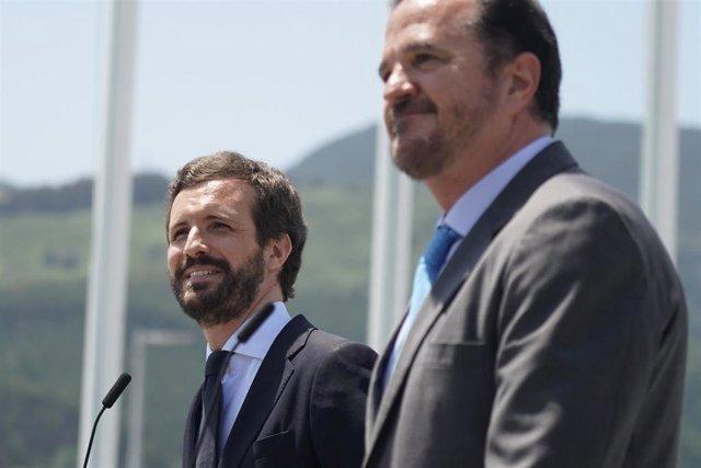 (I-D) El presidente del Partido Popular, Pablo Casado; y el candidato a lehendakari de la coalición PP+Cs, Carlos Iturgaiz, durante su visita al complejo petroquímico de Petronor en Muskiz, Vizcaya, País Vasco (España), a 22 de junio de 2020.