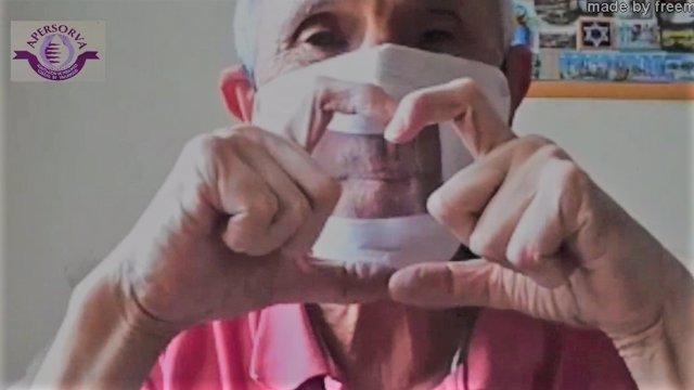 Uno de los miembros de la Asociación de Personas Sordas, con una de las mascarillas entregadas por los voluntarios de Iberdrola.