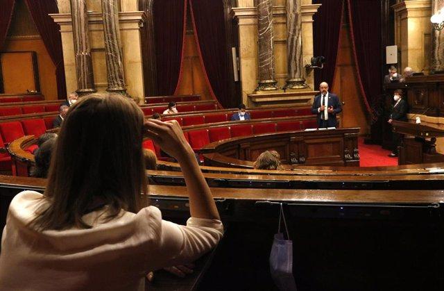 Pla obert del ple del Parlament, mentre intervé el conseller d'Interior, Miquel Buch. En primer pla, la líder de CatECP, Jéssica ALbiach, d'esquenes. Imatge del 17 de juny del 2020.