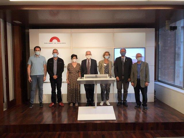 El Síndic de Greuges, Rafael Ribó (centre), acompanyat de representants de les entitats socials, aquest 30 de juny del 2020 en el Parlament de Catalunya