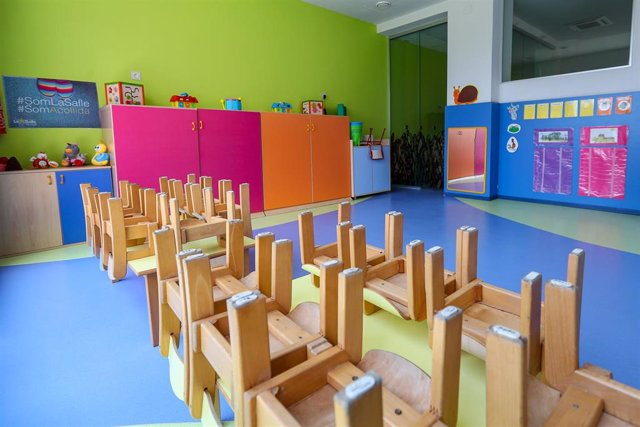 Mesas y sillas recogidas en un aula del centro de educación infantil La Gacela de Valencia.