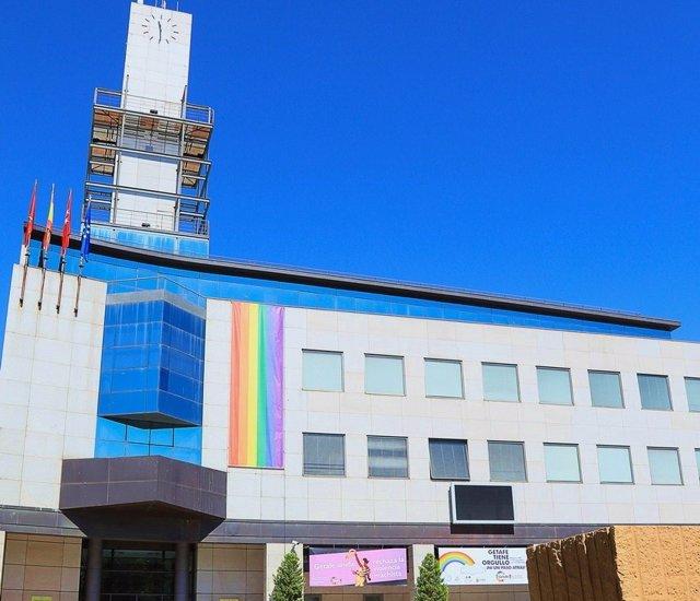 Imagen del Ayuntamiento de Getafe con una gran lona con los colores de la bandera LGTB