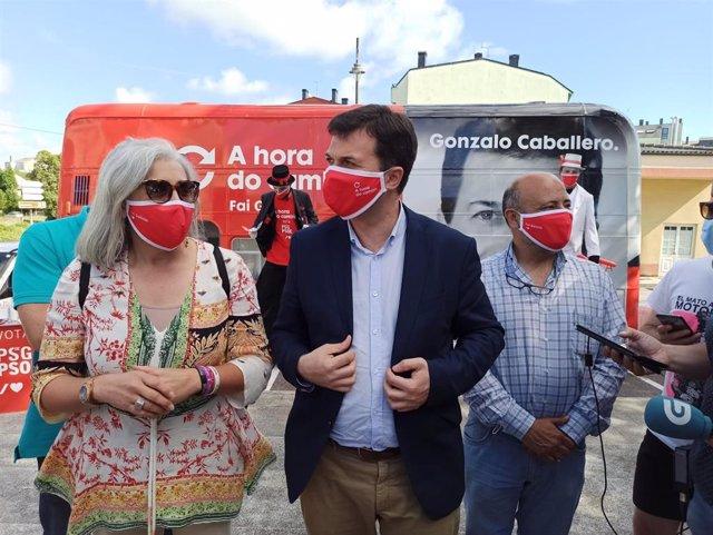 La alcaldesa de Guitiriz, Marisol Morandeira; el candidato del PSdeG, Gonzalo Caballero,y el secretario de Organización del PSdeG, José Manuel Quiroga, en Guitiriz