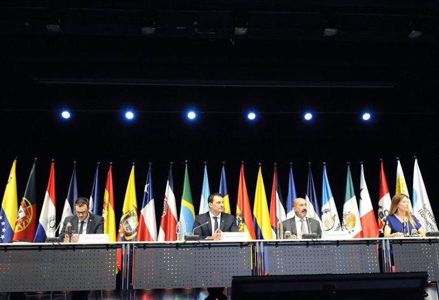 Los Ministros De Presidencia, Economía Y Empresa, Jordi Gallardo, Y El Ministro De Salud, Joan Martínez Benazet, Acompañados De Sus Respectivos Secretarios De Estado.
