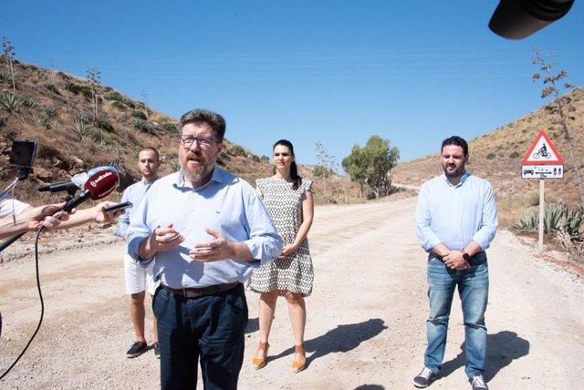 El portavoz adjunto del Grupo Parlamentario Socialista Rodrigo Sánchez Haro atendiendo a los medios en la playa de Los Genoveses