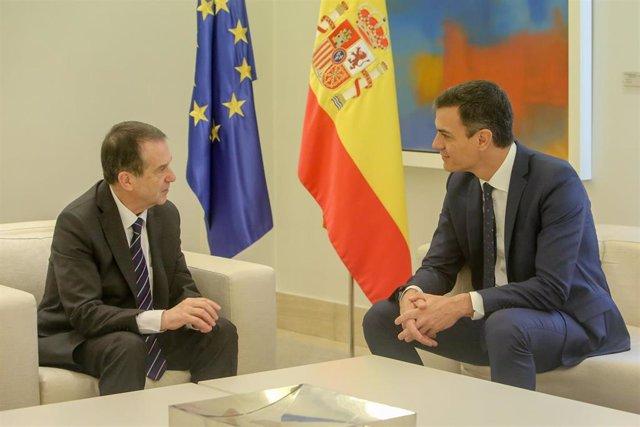 El presidente del Gobierno, Pedro Sánchez, recibe al presidente de la Federación Española de Municipios y Provincias (FEMP), Abel Caballero, en el Palacio de la Moncloa