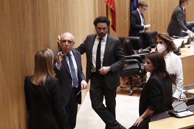 La portavoz socialista, Adriana Lastra junto al diputado del PSOE Rafael Simancas y la vicepresidenta segunda de la cámara, Ana Pastor, en la primera sesión de la Comisión para la Reconstrucción. En Madrid (España) a 13 de mayo de 2020.