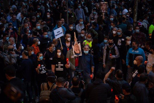 Els treballadors de Nissann, en una marxa nocturna per la ciutat de Barcelona en protesta pel tancament de les plantes a Catalunya,  a 8 de juny de 2020.