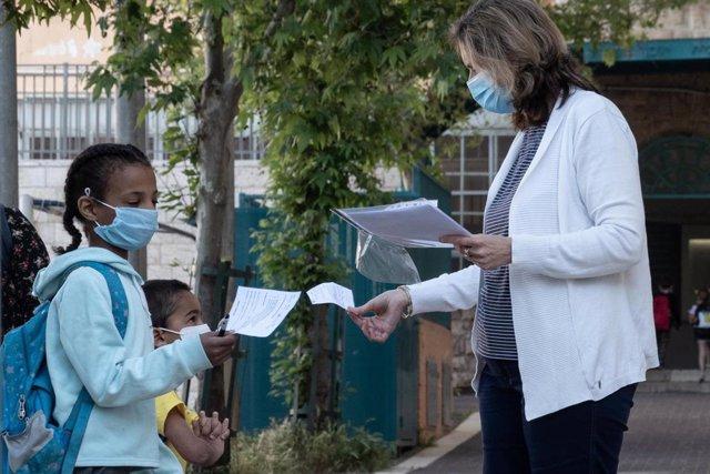 Una profesora y una alumna en Jerusalén durante la pandemia de coronavirus