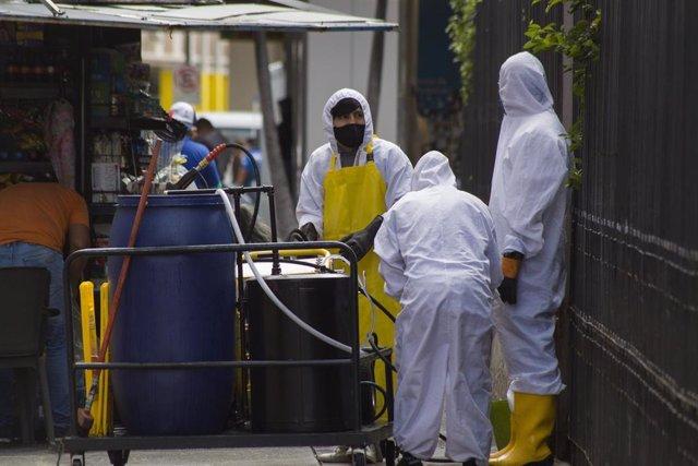 Tareas de desinfección por el coronavirus en Guayaquil