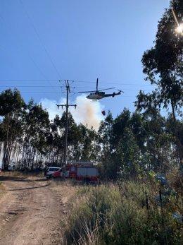 Helicóptero de extinción trabaja en un incendio forestal en Culleredo (A Coruña).