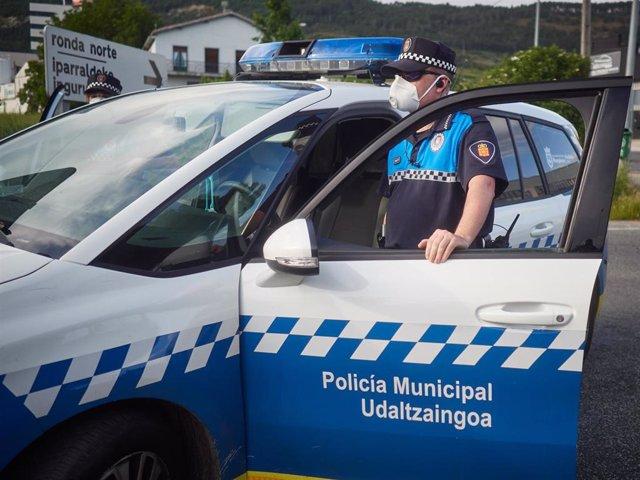Policia Municipal de Pamplona realiza vigilancia desde el vehículo policial durante un control de movilidad realizado en Pamplona, Navarra, España, a 8 de mayo de 2020.