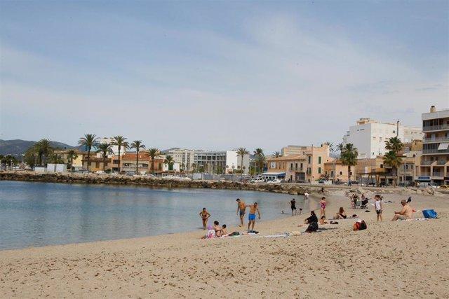 Bañistas en una playa de Palma durante el primer día de la Fase 2, en mayo.