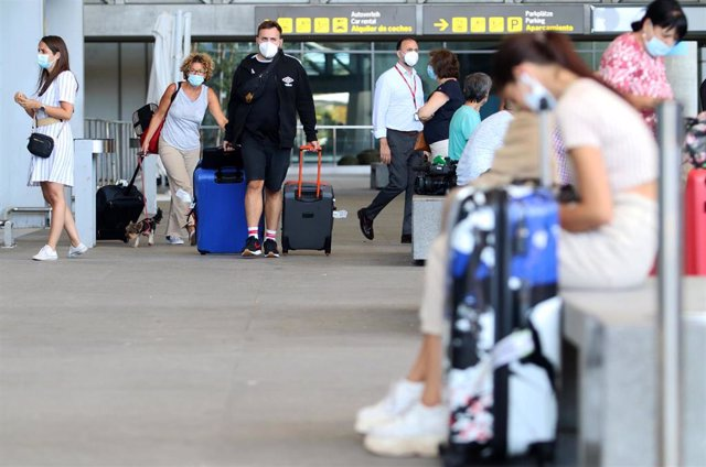 Llegada de turistas y residentes al aeropuerto Pablo Ruiz Picasso, después que el Gobierno abriera las fronteras en el primer día sin Estado de Alarma por el virus COVID-19. Málaga a 22 de junio del 2020