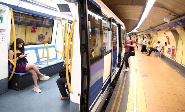 Pasajeros en un tren parada en el andén de la estación de Metro de San Bernardo, en Madrid (España), a 22 de junio de 2020.