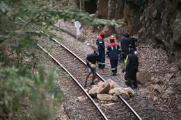 Manifestantes durante una concentración nocturna convocada por el comité de Alcoa San Cibrao, cortan con piedras la vía del tren que da acceso a la factoría en el entorno de la fábrica de San Cibrao, en Lugo, Galicia (España), a 30 de junio.
