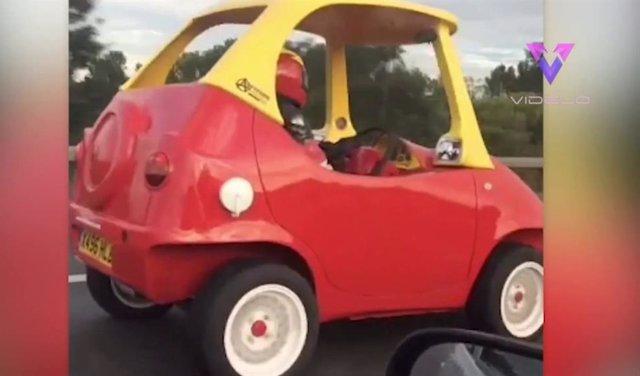 """Pillan a alguien conduciendo un """"coche de juguete"""" por una autopista de Inglaterra"""