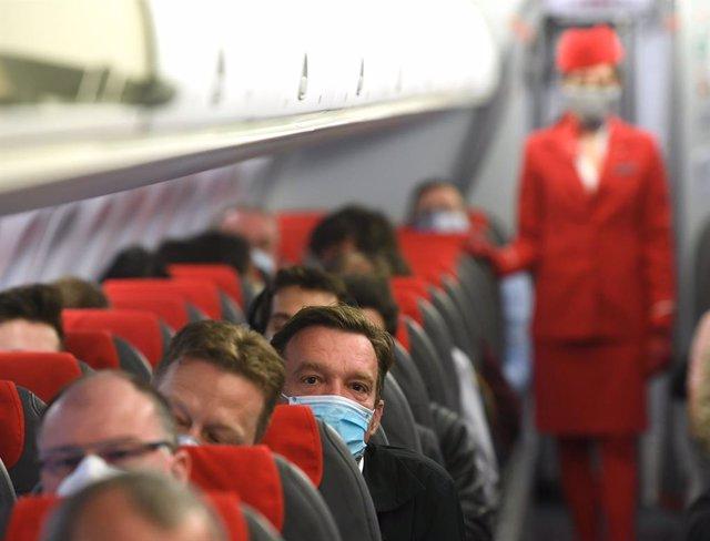 Pasajeros con máscaras en un vuelo de Austrian Airlines saliendo de Múnich