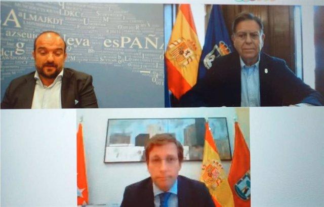 Los alcaldes de Madrid y Oviedo, José Luis Martínez-Almeida y Alfredo Canteli y el periodista de La Nueva España, Álvaro Faes.