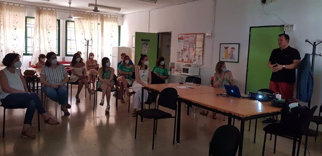 La delegada de Educación de la Junta en Córdoba, Inmaculada Troncoso (segunda por la dcha.), visita el CEIP Albolafia