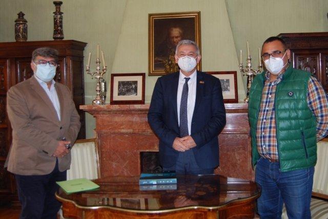 José Pérez, Santiago García Granda y Juan María Menéndez Aguado firman el acuerdo de colaboración.