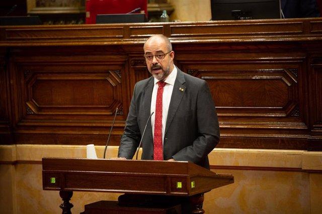 El consejero de Interior del Gobierno de la Generalitat de Cataluña, Miquel Buch, interviene durante una sesión plenaria, en el Parlamento catalán, en la que se debate la gestión de la crisis sanitaria del COVID-19 y la reconstrucción de Cataluña ante el