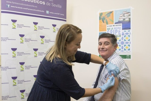 Una persona se vacuna contra la gripe