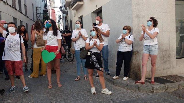 Docentes se concentran en Badajoz para reclamar ante Sánchez y el Rey las necesi