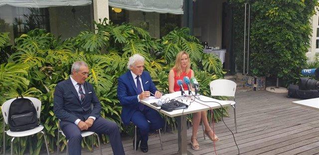 El presidente de los hosteleros, Ántgel Cuevas, con la directora general de la AEHC, Bárbara Gutiérrez, y el abogado de la entidad, Jesús Vélez
