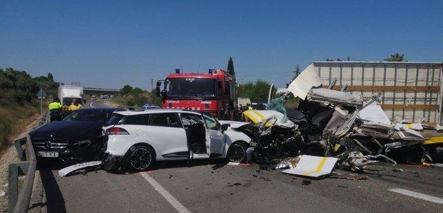 Imatges d'un accident a l'N-340 a Vilafranca del Penedès (Barcelona)