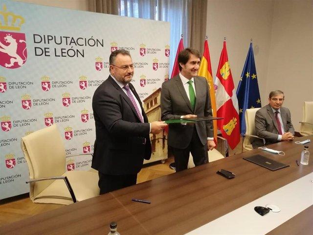 El Consejero De Fomento Y Medio Ambiente, Juan Carlos Suárez-Quiñones (C), Junto Al Presidente De La Diputación De León, Eduardo (I). Morán.