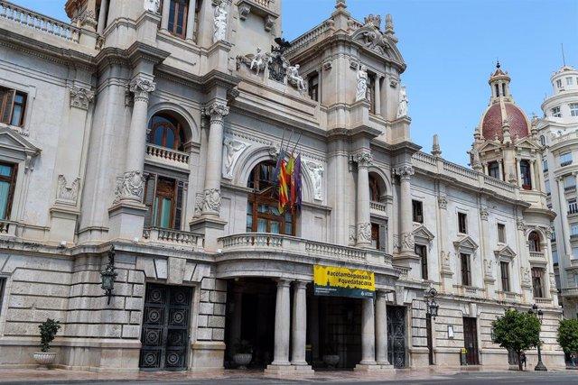 Fachada del Ayuntamiento de València durante el estado de alarma decretado ante la pandemia de la Covid-19.