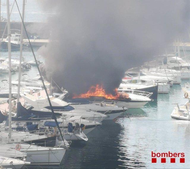 Incendi al Port de Palamós (Girona)