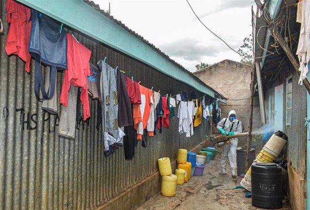 Labores de desinfección durante la pandemia en un barrio chabolista en Nairobi