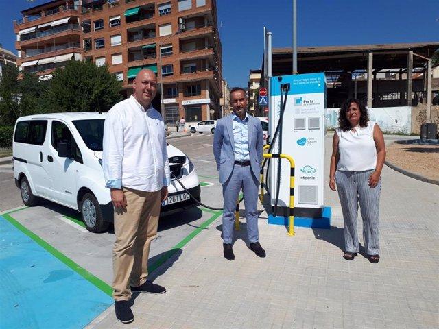 Presentación de uno de los puntos de recarga para coches eléctricos en los puertos de l'Ebre en Sant Carles de la Ràpita