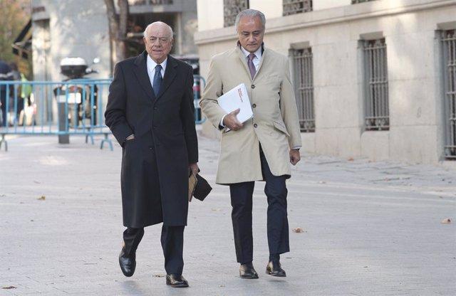 El expresidente del BBVA, Francisco González (izq), a su llegada a la Audiencia Nacional junto a su abogado, para declarar como como investigado por presuntos delitos de cohecho y revelación de secretos, en Madrid (España), a 18 de noviembre de 2019.