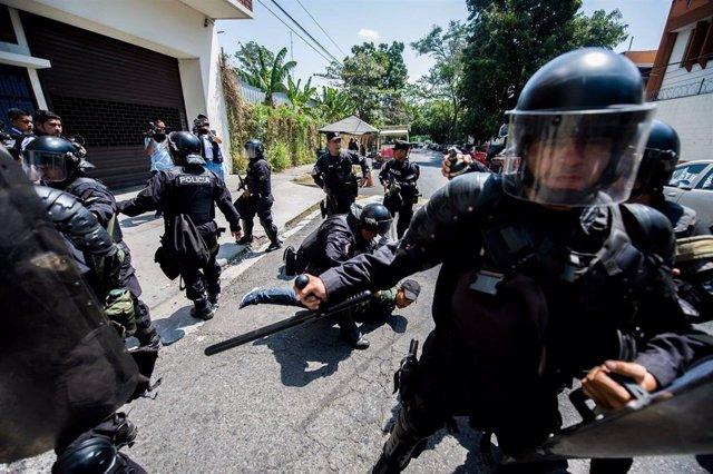 Policías antidisturbios durante una protesta contra las nuevas normas sobre el suministro de agua en San Salvador (Imagen de archivo)
