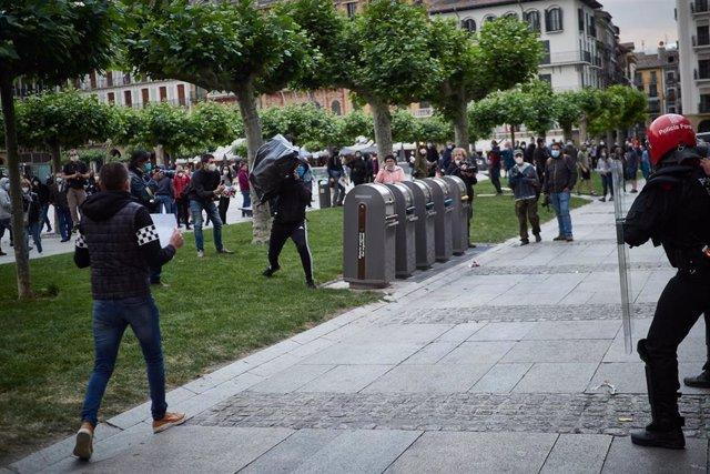 Varias personas se enfrentan a la Policía Foral lanzando todo tipo de objetos durante la manifestacion ilegal de protesta y apoyo al terrorista de ETA Patxi Ruiz, preson en la cárcel Murcia II en hueloga de hambre, en Pamplona, Navarra, a 23 de mayo de 20