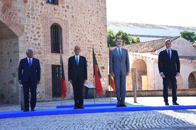 (I-D): El primer ministro de Portugal, António Costa; el presidente del país luso, Marcelo Rebelo de Sousa; el Rey Felipe VI y el presidente del Gobierno, Pedro Sánchez posan en la Alcazaba de Badajoz, Extremadura (España), a 1 de julio de 2020.