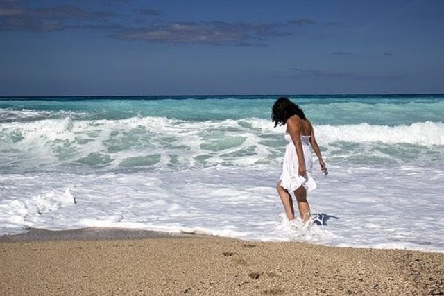 Una mujer caminando por la playa