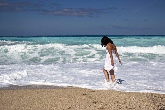 Experto dice que caminar por la playa puede ocasionar esguinces, sobrecargas mus