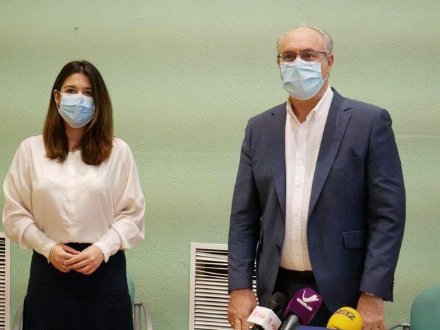 Teresa Alonso y Juan Pablo Durán en la sede del PSOE de Lucena.