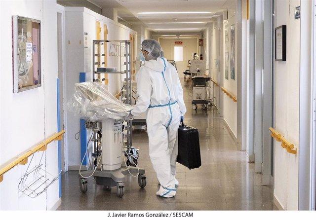 Trabajador sanitario en el hospital de Guadalajara.